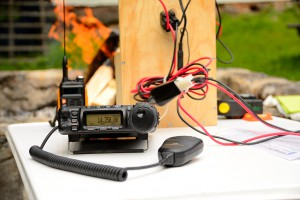 En typiskt portabel uppsättning. Yaesu FT-857D med Baofeng GT-3 och batterilådan i bakgrunden